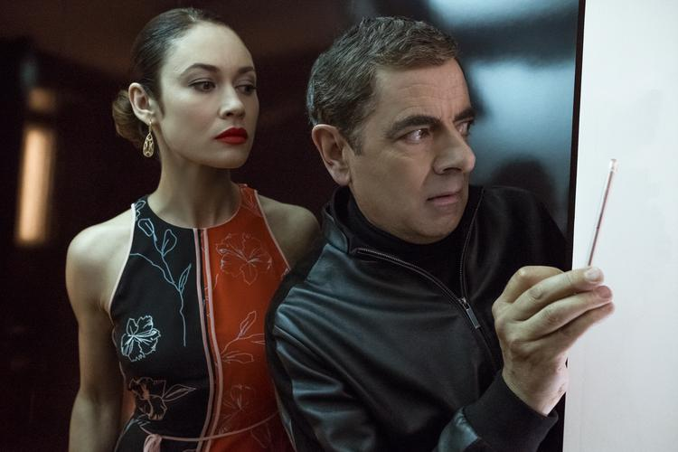 Olga Kurylenko als Ophelia en Rowan Atkinson als Johnny English in JOHNNY ENGLISH STRIKES AGAIN.