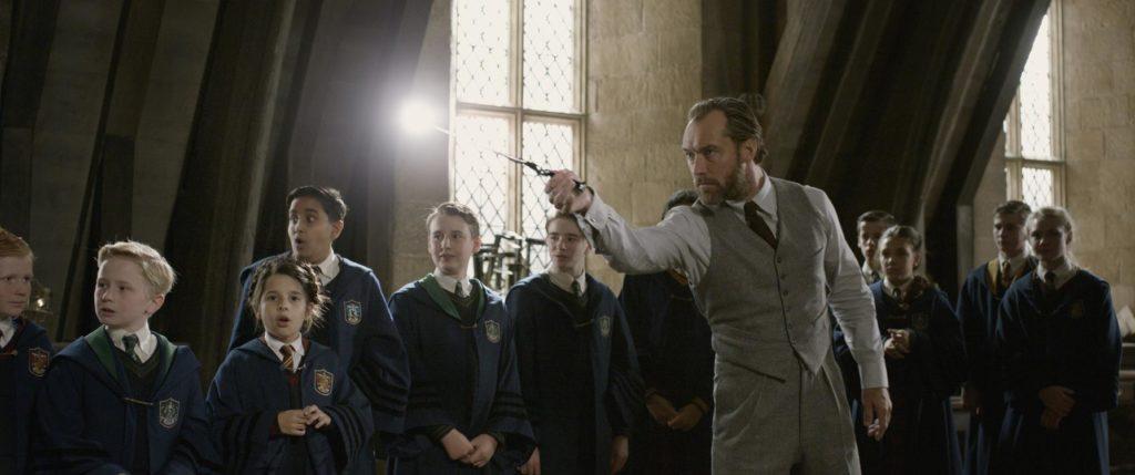 Jude Law als een jonge Albus Dumbledore in The Crimes of Grindelwald. © 2018 Warner Bros Ent.